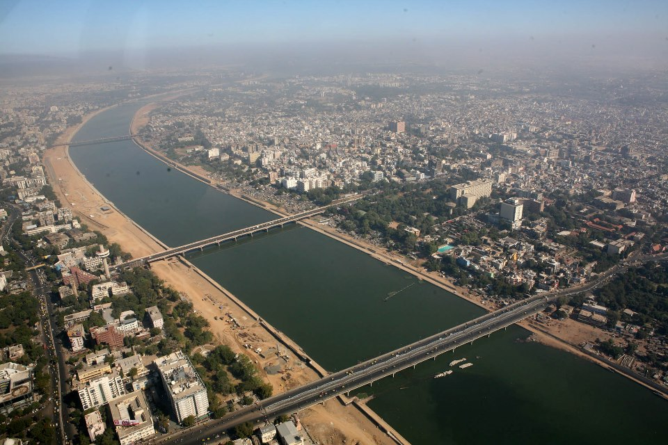 ve may bay di Ahmedabad gia re